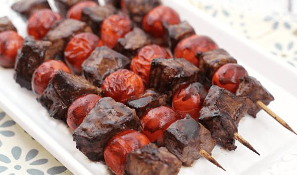 Σουβλάκι με μοσχαρίσιο κρέας, τοματίνια και σάλτσα βαλσάμικου