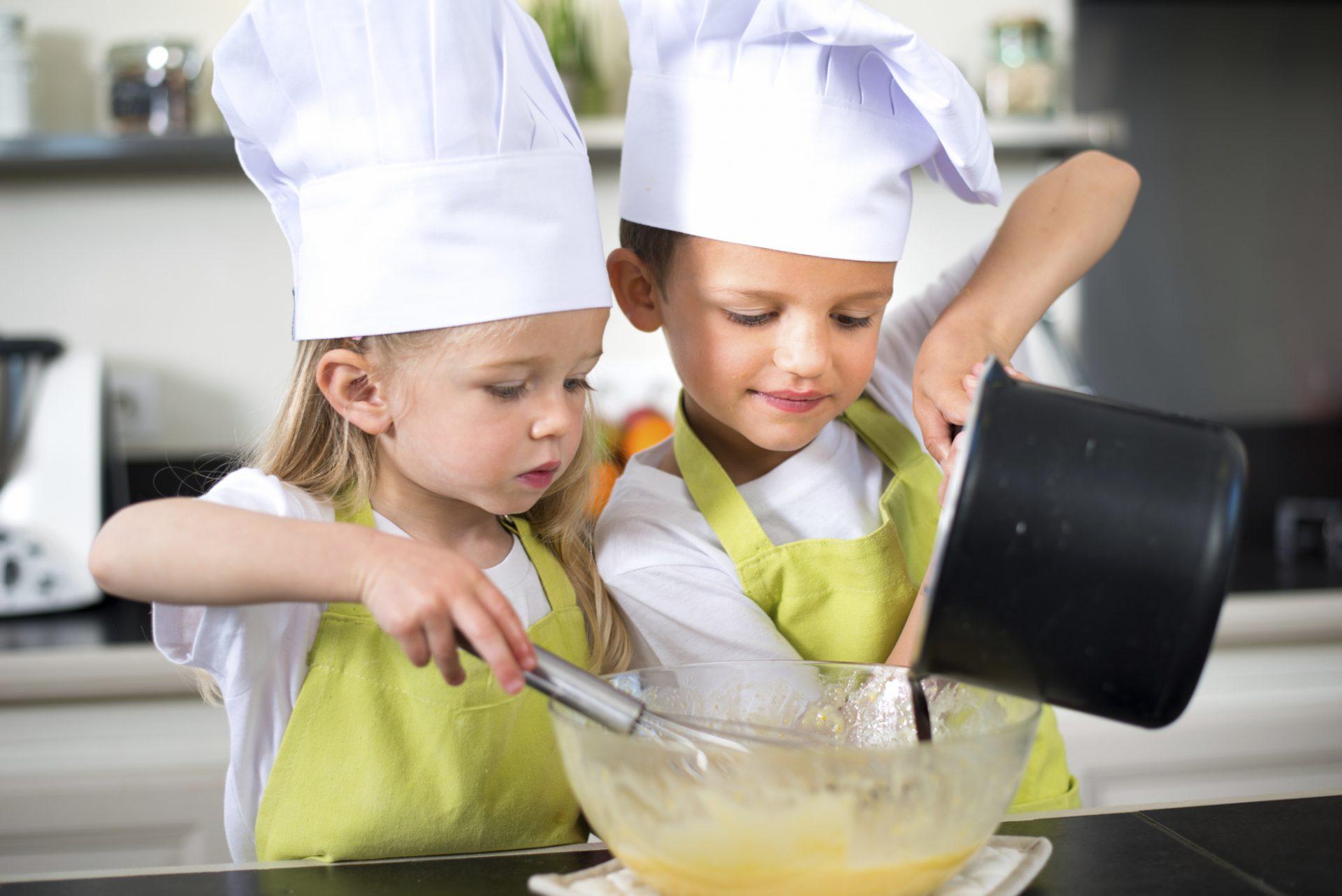 παιδιά μέσα στην κουζίνα